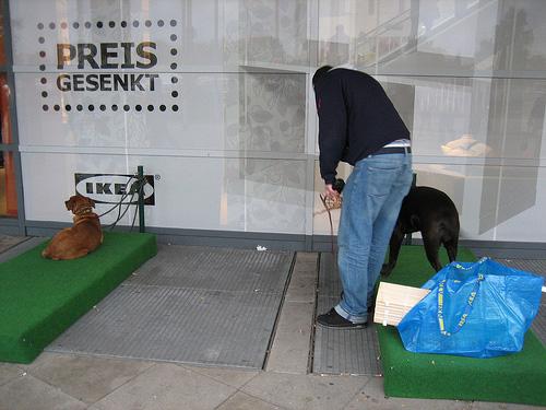 estacionamiento para perros en una tienda de alemania ohmydog magazine. Black Bedroom Furniture Sets. Home Design Ideas