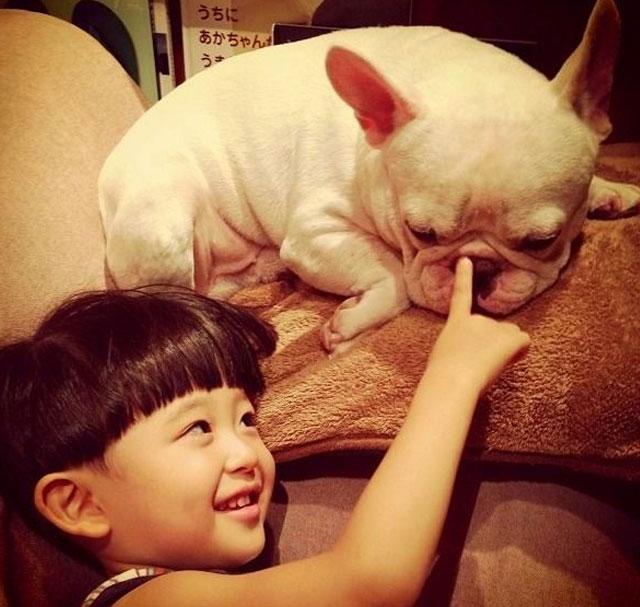 nino-tasuku-y-perro-Muu